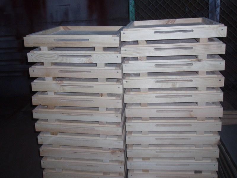 Магазинные надставки (по две на каждый улей) сбиты из досок толщиной 40 мм